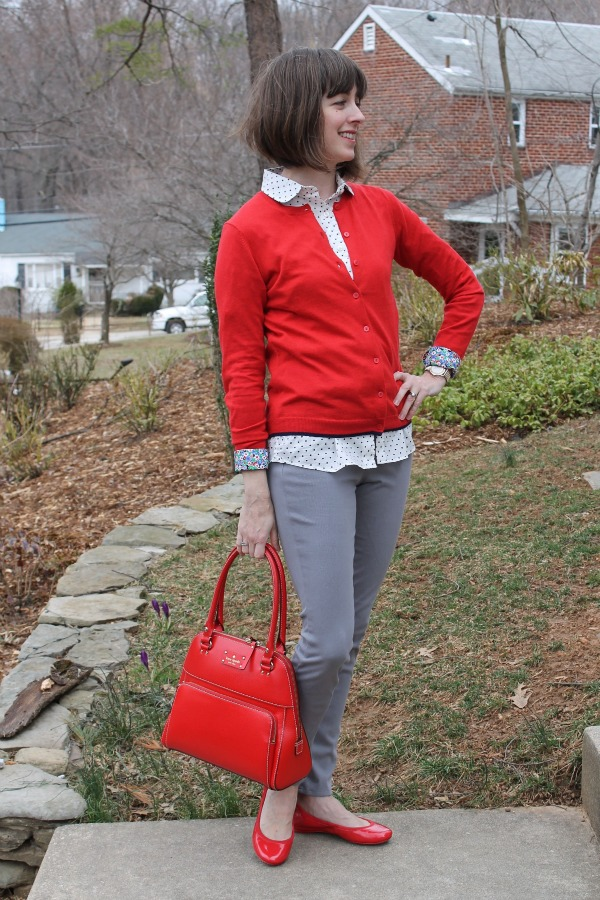 Red handbag and flats make perfect coordinating items for this weekend chic outfit idea with a red cardigan.